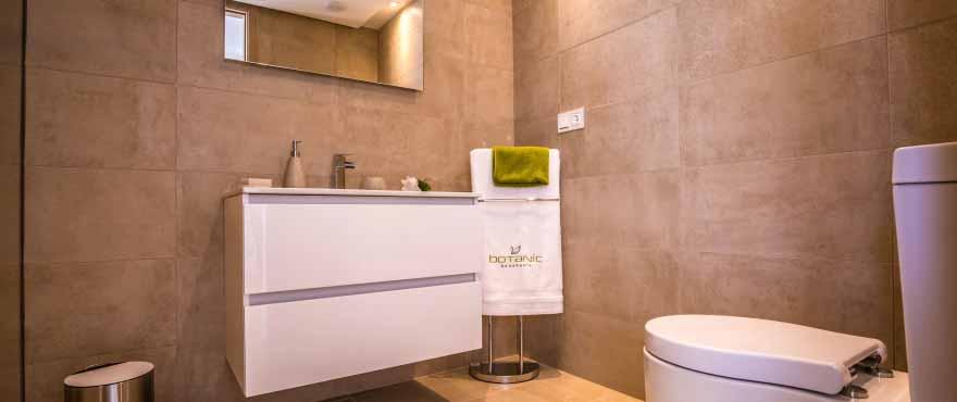 de badkamers zijn afgewerkt met grote marmertegels