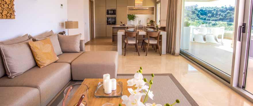 La distribution moderne des appartements intègre la cuisine, le salon et la terrasse.