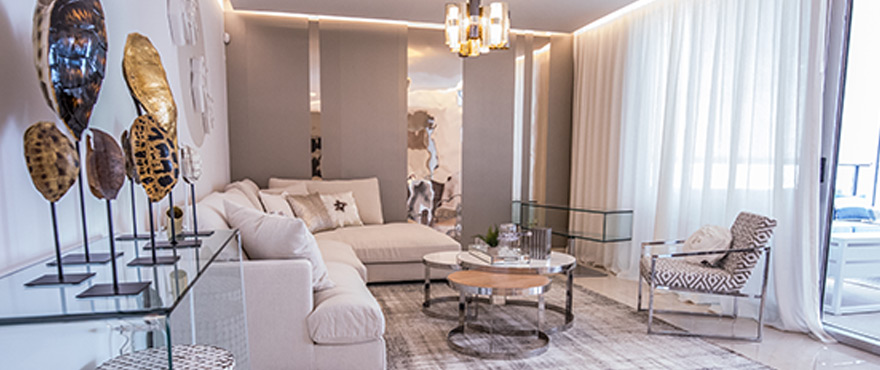 Salon lumineux d'un nouvel appartement en vente, Royal Banús, Marbella
