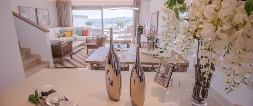 Lichtdurchfluteter, ansprechender Wohnbereich eines Reihenhauses in der Anlage Horizon Golf – Neubaureihenvillen im Verkauf