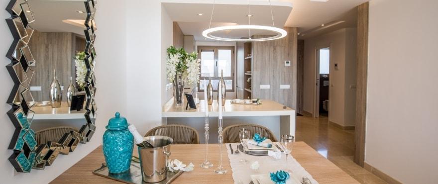 Großzügiger Wohnbereich mit Küchenzugang