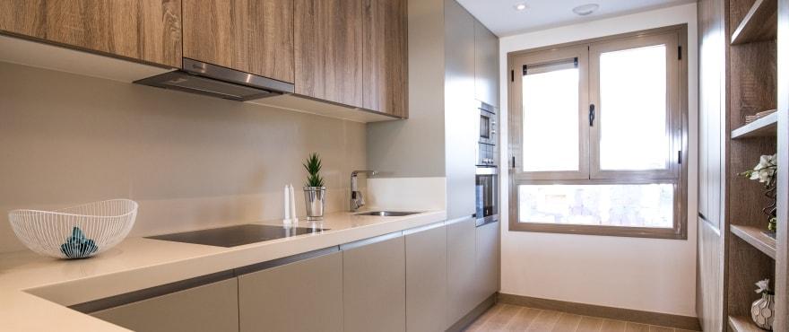 Moderne, offene Küche in den Neubau-Reihenvillen der Wohnanlage Horizon Golf