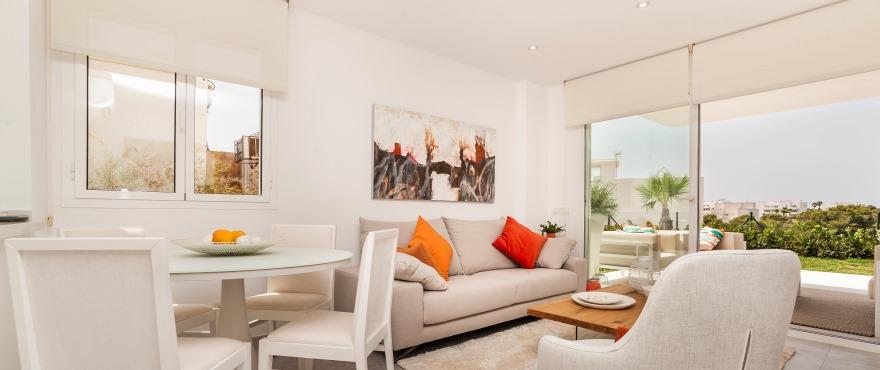 Ljust vardagsrum i nybyggd bostad i Acquamarina