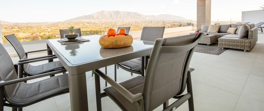 Apartments mit großzügigen Terrassen und Panoramablick auf Golfplätze und die Bergkette der Sierra de Mijas