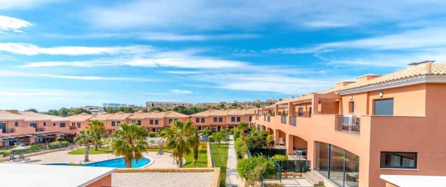 Adosados en venta en Elche, Alicante: Nuevas casas de 3 dormitorios, a 15 minutos de Alicante