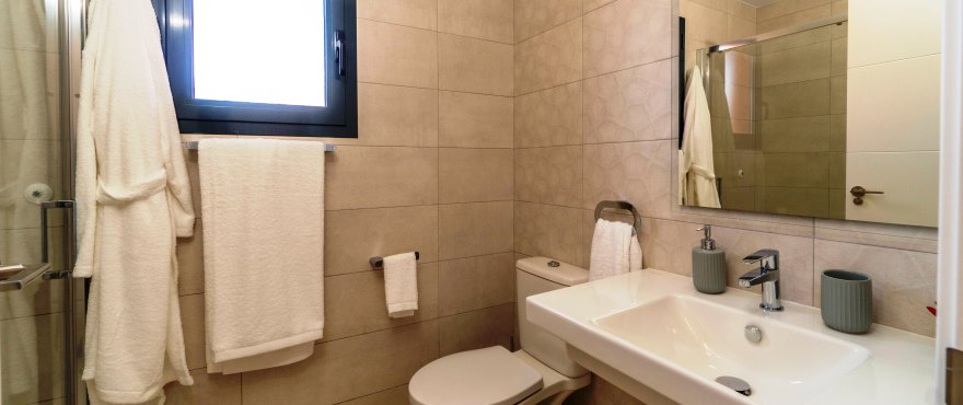 Slaapkamer met douche van koopvakantiehuis in Elche