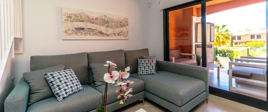 Romslig og lys stue i rekkehus for salg i Elche, Alicante