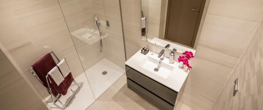 Modernes, voll ausgestattetes Bad