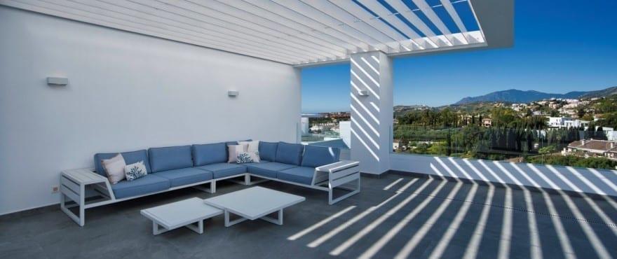 Terraza de Le Caprice con vistas espectaculares sobre el golf y el mar Mediterráneo
