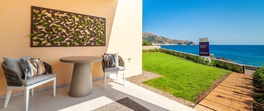 Blue Cove, Terrasse mit Blick auf das Mittelmeer in Cala Lliteras, Capdepera, Mallorca