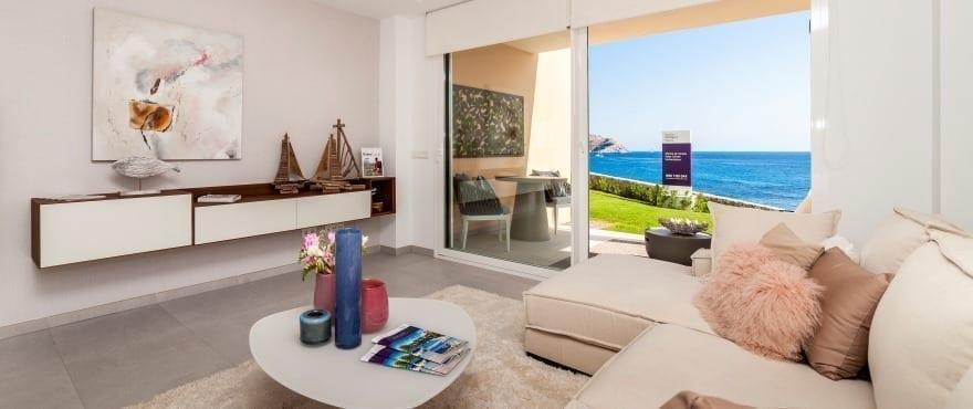 светлая гостиная-столовая с просторной террасой с видом на море в жилом комплексе Blue Cove