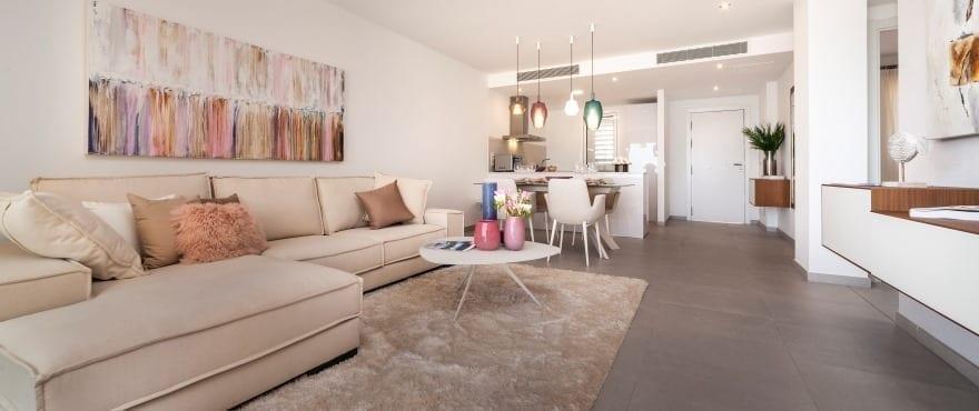 Grand salon-salle à manger et cuisine ouverte avec bar américain à Blue Cove, Mallorca