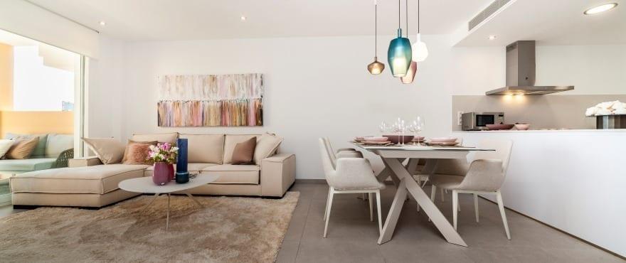просторная гостиная-столовая и открытая кухня с барной стойкой в жилом комплексе Blue Cove, Mallorca
