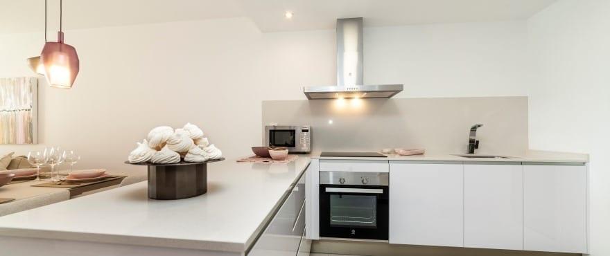 Cuisine ouverte et moderne dans les appartements neufs de Blue Cove