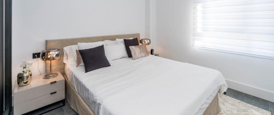 Dormitorio luminoso en los apartamentos Le Caprice