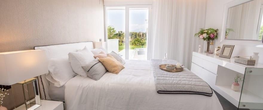 Ljust sovrum i lägenheterna Le Caprice