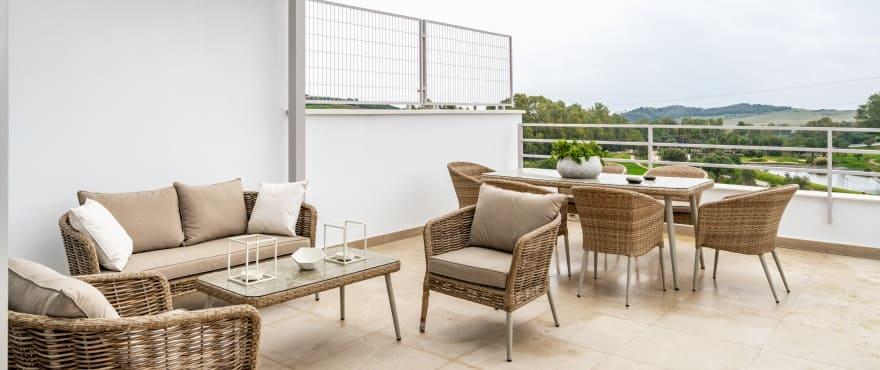 Green Golf, grande terrasse avec vue panoramique sur la mer et Estepona golf. Orientation sud