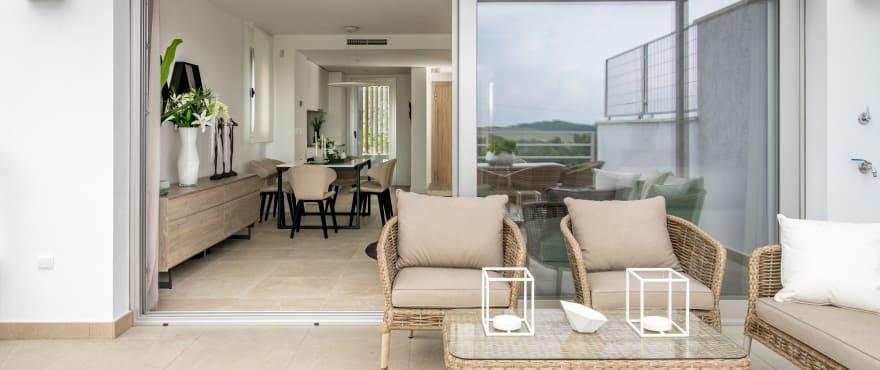 Green Golf, weitläufige Terrasse mit Panoramablick auf das Meer und den Golfplatz von Estepona. Südausrichtung