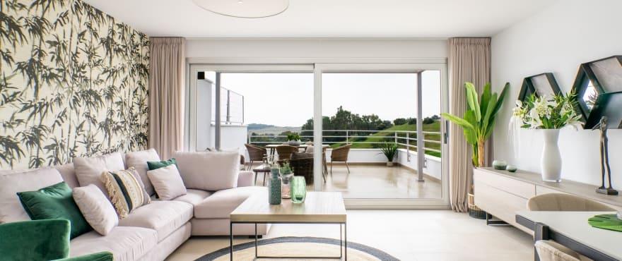 Green Golf, stue med gode lysforhold i de nye rekkehusene til salgs i Estepona Golf. Vender mot sør og søvest