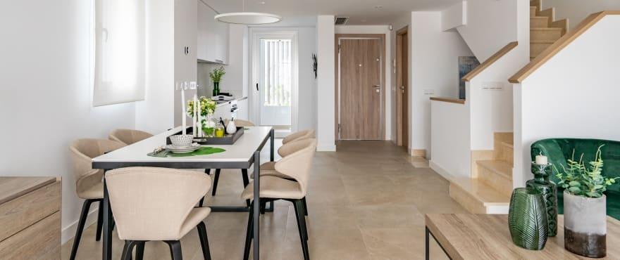 Green Golf, lichtdurchfluteter Wohnbereich in den Neubaureihenvillen zum Verkauf in Estepona Golf. Süd-/Südwestausrichtung