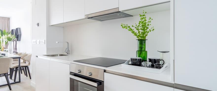 Green Golf, moderne kjøkken i åpen løsning med stue