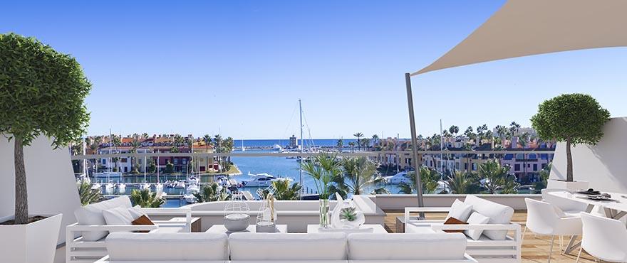 Pier, stor terrass med panormavyer över La Marina de Sotogrande. Östläge