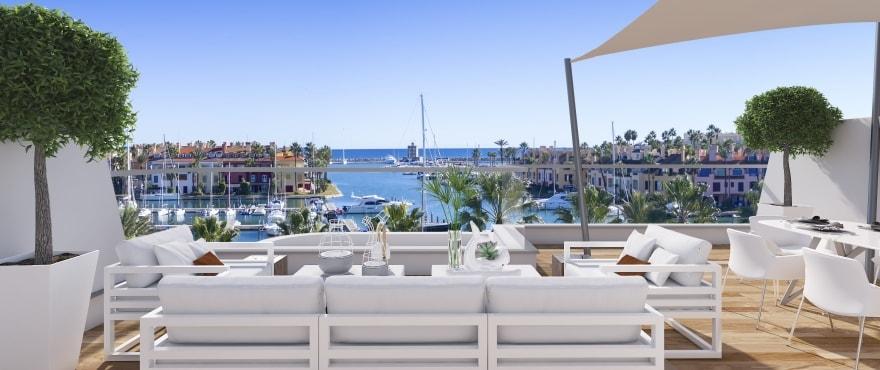 Pier, ruim terras met panoramisch uitzicht op La Marina de Sotogrande. Oostelijke oriëntatie