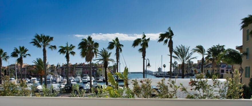 Pier, rommelige terrasser med panoramautsikt til La Marina de Sotogrande. Vendt mot øst