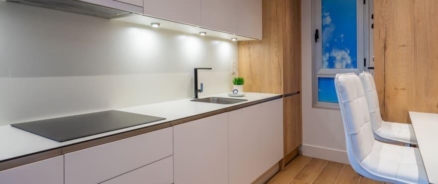 полностью меблированная и оснащенная бытовой техникой современная кухня