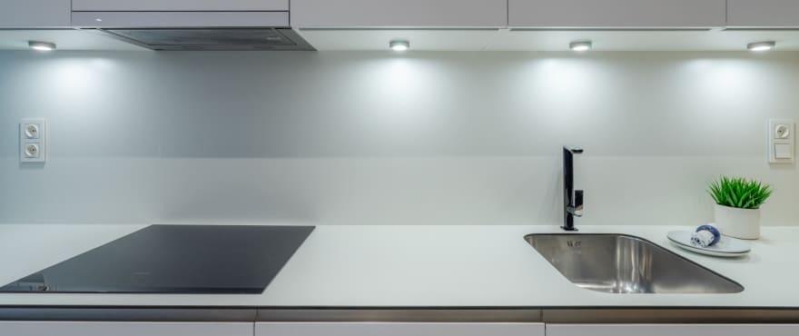 Pier, moderne keuken. Gemeubeld en uitgerust met huishoudelijke apparaten