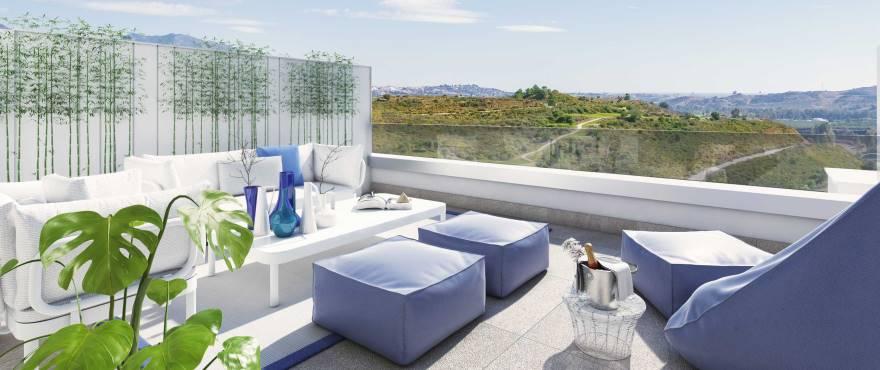 просторная терраса с панорамным видом на поле для гольфа в La Cala Resort