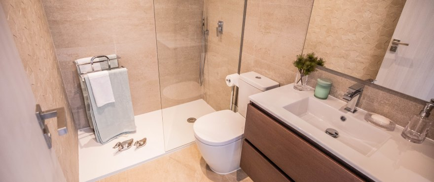 Modern, fully equipped bathroom with shower in the townhouse at Natura