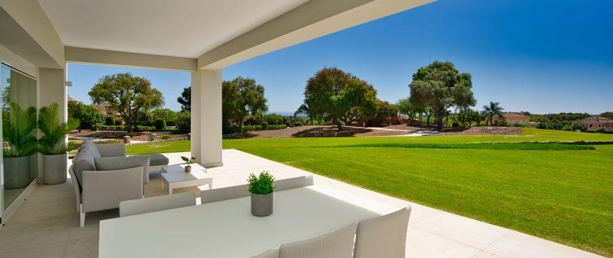Ruime terrassen met uitzicht op de golfbaan en de zee in Emerald Greens, San Roque. Gelegen op het zuiden.