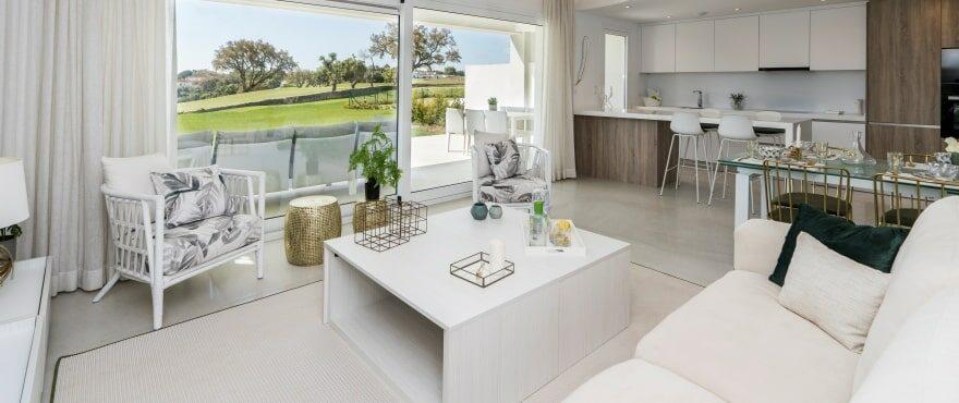 Ruime lichte woonkamer met uitzicht in Emerald Greens, San Roque