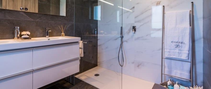 Salle de bain moderne et complète avec douche à Emerald Greens, San Roque