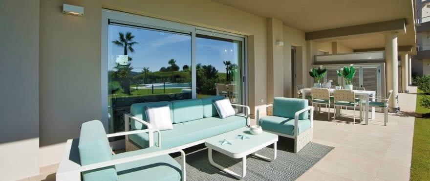 Apartamentos con amplias terrazas y vistas panorámicas sobre el golf y la sierra de Mijas