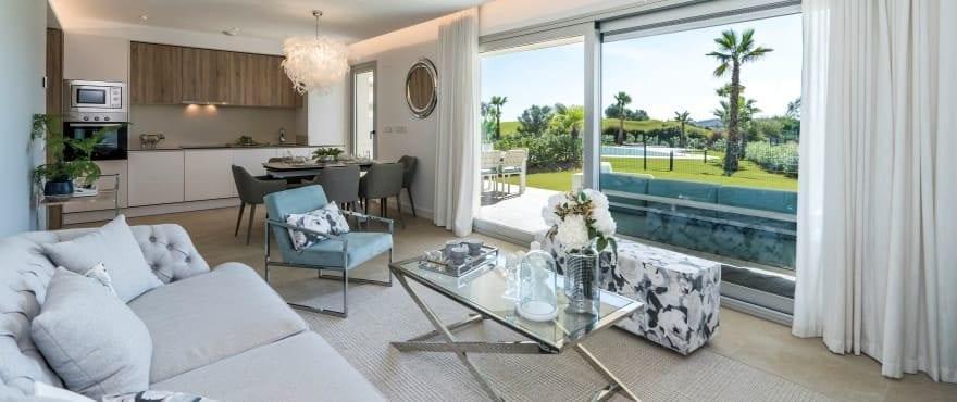 Geräumiger, lichtdurchfluteter Wohnbereich mit Panoramablick auf den Golfplatz