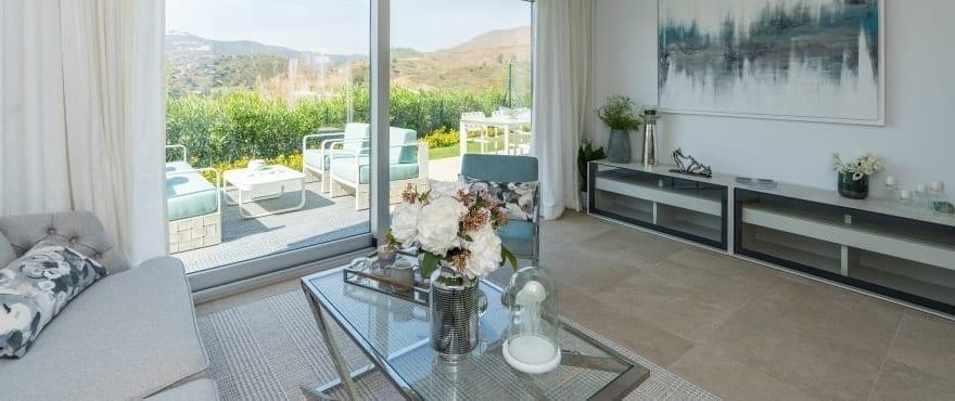 Stort och ljust vardagsrum med panoramautsikt över golfbanan