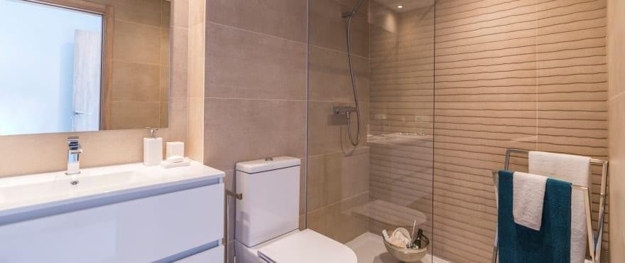 Modernt och komplett badrum i Sun Valley, med monterade durschväggar