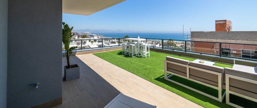 Appartementen met grote terrassen met uitzicht op de zee, en een ondergrondse parkeergarage en berging