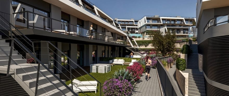 Leiligheter med store terrasser, utsikt over havet, egen parkering og boder