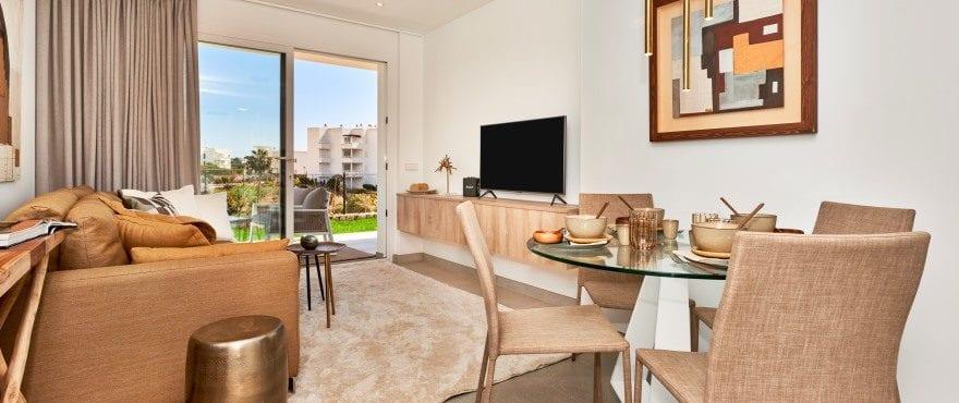 Ljust vardagsrum i de nya Compass-lägenheterna