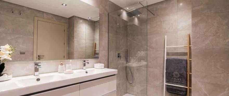 Moderne en volledige badkamer in Harmony, met geïnstalleerde douchewand
