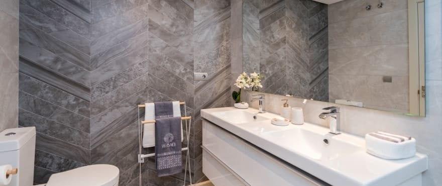 Modernt och komplett badrum i Harmony, med monterade durschväggar