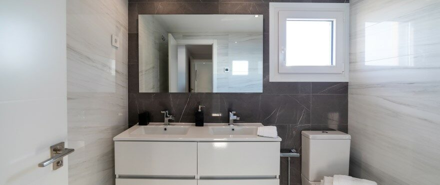 Modern and complete bathroom at Posidonia